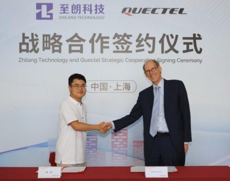 Handshake between leaders of Circle Gas Zhilang Technology and Quectel during Strategic Cooperation Signing Ceremony